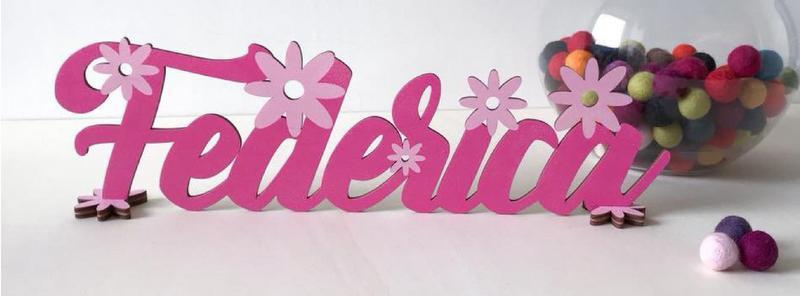 Scritta in legno colorato personalizzato con decoro fiori. Colore e scritta a scelta. Lunghezza MAX 40 CM